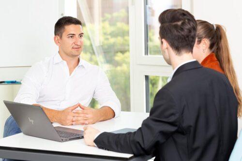 Geschäftsmann berät zwei Kunden