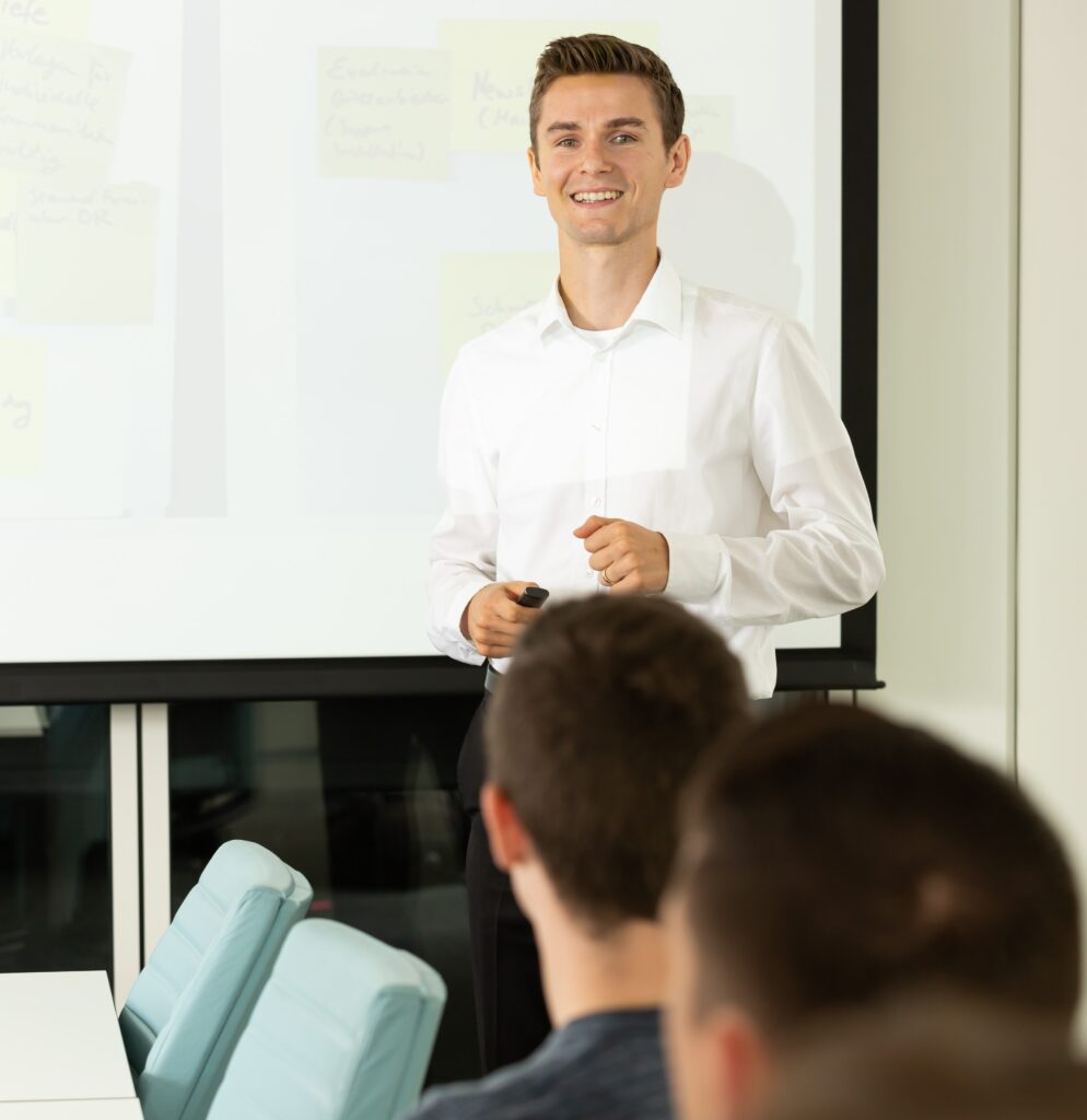 Projektleiter hält Schulung für Mitarbeiter