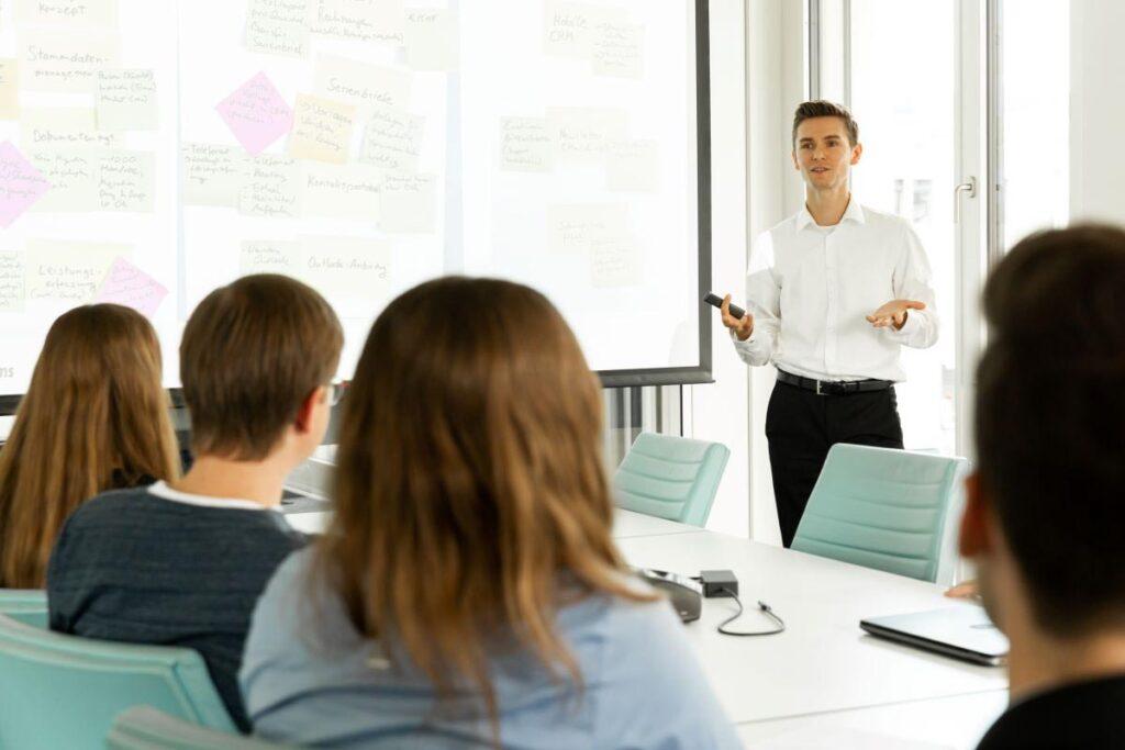 Projektleiter präsentiert im Sitzungszimmer