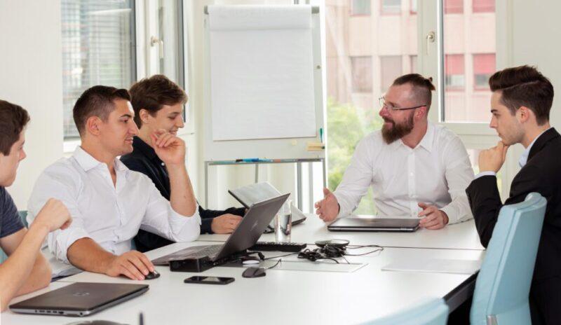 Business Leute sitzen gemeinsam im Sitzungszimmer am Tisch