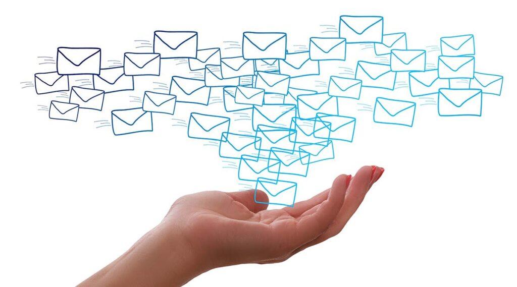 Hand mit E-Mails