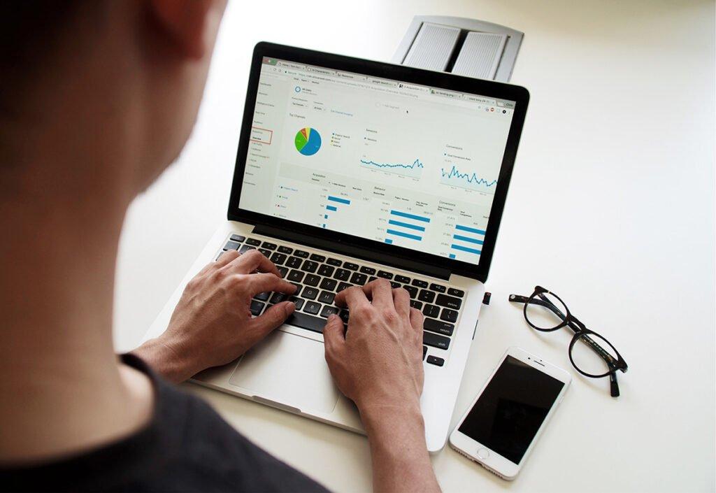 Mann vor Laptop mit Google Analytics