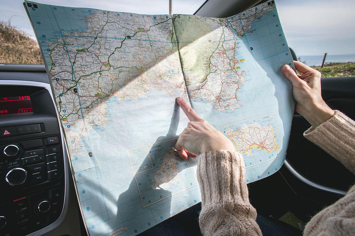Landkarte mit Finger