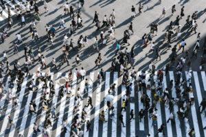 Menschen gehen in verschiedene Richtungen